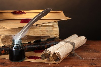 12553114-libri-antichi-pergamene-penna-d-39-oca-e-calamaio-su-tavola-di-legno-su-sfondo-marrone