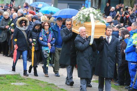 Il feretro di Giulio Regeni raggiunge la palestra dove sarà celebrata la funzione funebre, Fiumicello, 12 febbraio 2016. ANSA/ALBERTO LANCIA