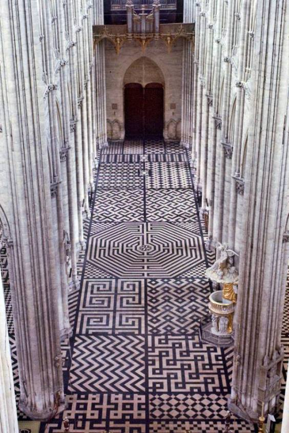 Amiens, il pavimento della cattedrale gotica.jpg